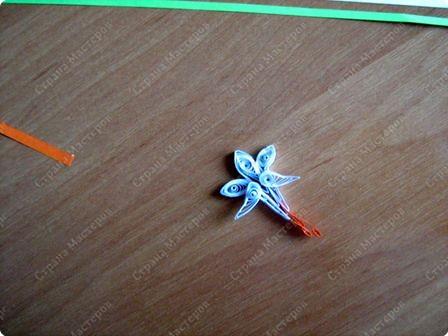 Для цветочка нам понадобятся 4 длинные полоски (лист формата 4-А). Одну полоску разрежьте пополам.  Закрутите. фото 7