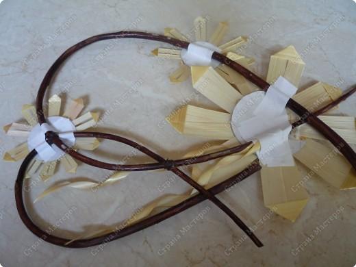 """Я решила показать как делать очень простые цветы, чтобы эта работа была под силу даже начинающим. Для изготовления соломенных цветов, как и для любой другой поделки из соломки, заготавливаются ровные светлые соломины, обрезаются """"коленца"""", желательно еще вымочить в растворе перекиси водорода  или в таблетках гидроперита (вспомните как раньше красили волосы) фото 17"""
