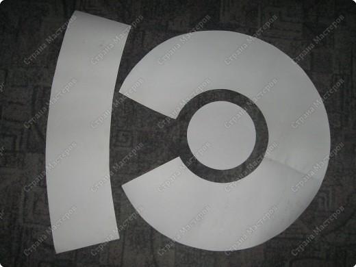 Это - модификация базовой модели, представленной в предыдущем МК. Она отличается от нее формой тульи, которая является уже усеченным конусом, а не цилиндром. На фото моя ученица со своей работой, которую она выполнена по следующей выкройке. фото 6