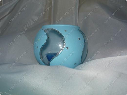 """Не смогла пройти мимо очень простенькой и дешевенькой вазочки в магазине. Результат: вот такой подсвечник у меня получился. Прорисовала на стекле контур """"рисунка"""", затем покрыла акриловой краской: сначала белой, второй слой - голубой. Контур обвела клеем с блестками. Приклеила звездочки.  фото 2"""