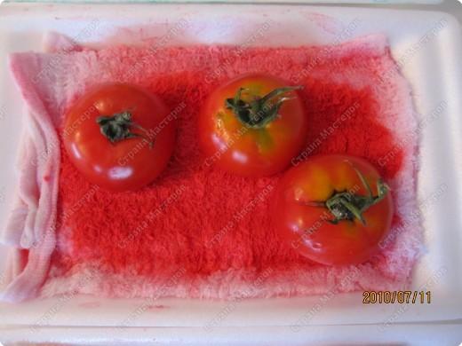 Однажды мы ходили на какой-то праздник, и там было много овощей, которыми можно было штамповать и рисовать различные картинки. Там были: дайкон, спаржа, помидоры, перец, картофель, грибы, ренкон (корень лотоса), паприка. Получались очень интересные отпечатки. Через несколько дней я наткнулась у Инны в блоге на такую пиццу. http://increations.blogspot.com/2008/07/printed-pizza.html Решив, что штамповать пиццу детям будет интересней, я выбрала только помидоры, паприку, спаржу и грибы. фото 5