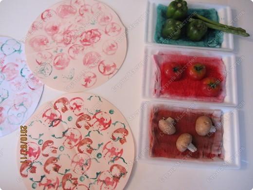 Однажды мы ходили на какой-то праздник, и там было много овощей, которыми можно было штамповать и рисовать различные картинки. Там были: дайкон, спаржа, помидоры, перец, картофель, грибы, ренкон (корень лотоса), паприка. Получались очень интересные отпечатки. Через несколько дней я наткнулась у Инны в блоге на такую пиццу. http://increations.blogspot.com/2008/07/printed-pizza.html Решив, что штамповать пиццу детям будет интересней, я выбрала только помидоры, паприку, спаржу и грибы. фото 7