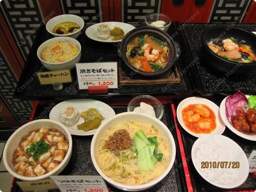 Во многих ресторанах Японии меню представлено в виде макетов еды. Очень удобно, так как сразу имеешь представление, что за еда тебя ожидает, как она выглядит и сколько стоит. фото 1