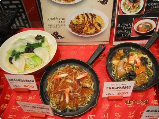 Во многих ресторанах Японии меню представлено в виде макетов еды. Очень удобно, так как сразу имеешь представление, что за еда тебя ожидает, как она выглядит и сколько стоит. фото 3