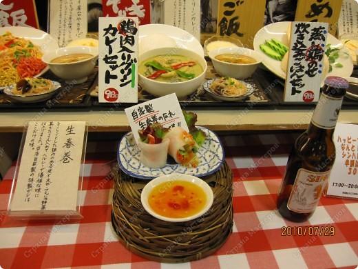 Во многих ресторанах Японии меню представлено в виде макетов еды. Очень удобно, так как сразу имеешь представление, что за еда тебя ожидает, как она выглядит и сколько стоит. фото 13