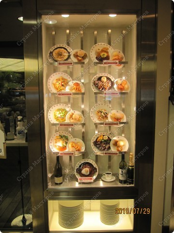 Во многих ресторанах Японии меню представлено в виде макетов еды. Очень удобно, так как сразу имеешь представление, что за еда тебя ожидает, как она выглядит и сколько стоит. фото 14