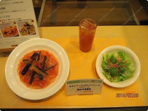 Во многих ресторанах Японии меню представлено в виде макетов еды. Очень удобно, так как сразу имеешь представление, что за еда тебя ожидает, как она выглядит и сколько стоит. фото 17