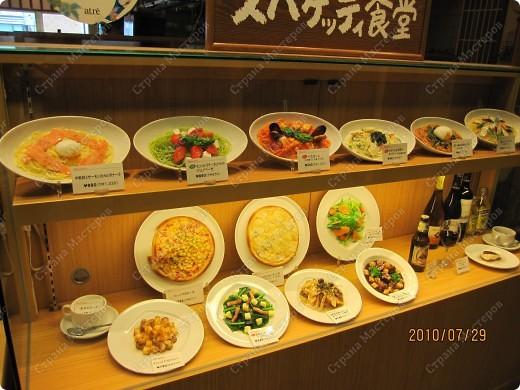 Во многих ресторанах Японии меню представлено в виде макетов еды. Очень удобно, так как сразу имеешь представление, что за еда тебя ожидает, как она выглядит и сколько стоит. фото 18