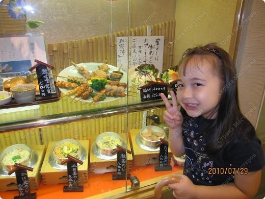 Во многих ресторанах Японии меню представлено в виде макетов еды. Очень удобно, так как сразу имеешь представление, что за еда тебя ожидает, как она выглядит и сколько стоит. фото 20
