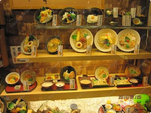 Во многих ресторанах Японии меню представлено в виде макетов еды. Очень удобно, так как сразу имеешь представление, что за еда тебя ожидает, как она выглядит и сколько стоит. фото 22