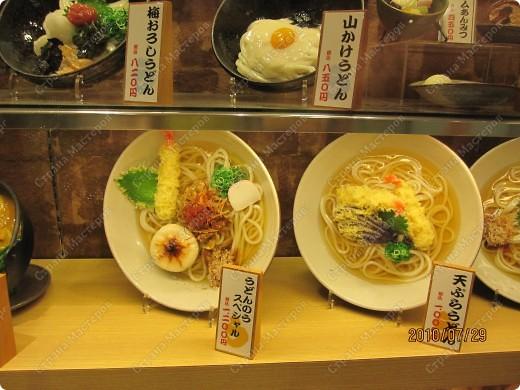 Во многих ресторанах Японии меню представлено в виде макетов еды. Очень удобно, так как сразу имеешь представление, что за еда тебя ожидает, как она выглядит и сколько стоит. фото 23