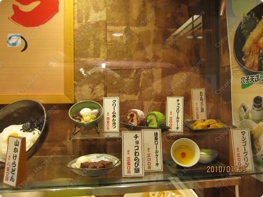 Во многих ресторанах Японии меню представлено в виде макетов еды. Очень удобно, так как сразу имеешь представление, что за еда тебя ожидает, как она выглядит и сколько стоит. фото 24