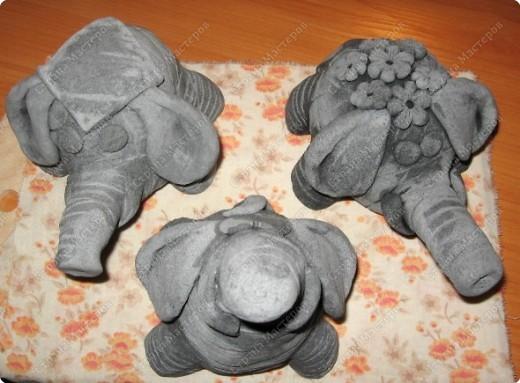 Знакомьтесь....  покраска прошлых слоников понравилась....но я решила немного поэкономить...замешивая тесто я добавила воду, предварительно разведя в ней колеровочную пасту.... фото 1
