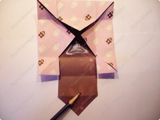 Накрутив кучу канзаши, передо мной встал вопрос: в чем их дарить? Не очень давно наткнулась на видео коробочки из открытки. Открытки у меня не оказалось, зато есть всякая красивая бумага. Видео можно посмотреть здесь http://www.youtube.com/watch?v=hXDOgrmguUA&feature=player_embedded А у кого нет такой возможности, сделала МК. фото 9