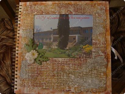 Оформляла фотоальбом на конкурс. Титульный лист задекорирован самодельной бумагой и цветами в технике квиллинг. фото 1