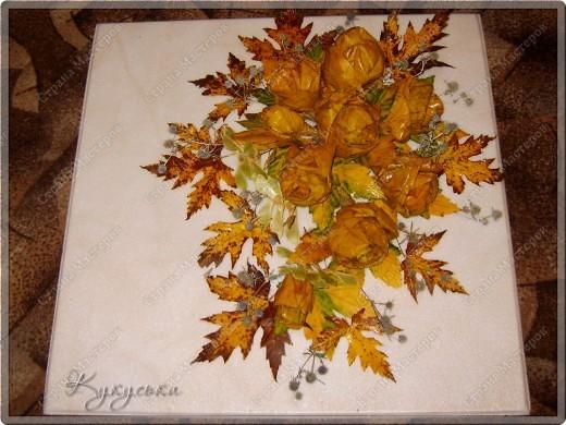 Вот такая картина родилась случайным образом из потемневших уже кленовых листьев. Поселим её на стене в кухне. фото 4