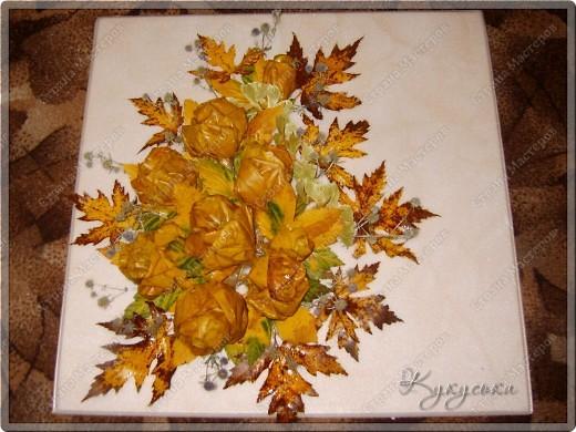 Вот такая картина родилась случайным образом из потемневших уже кленовых листьев. Поселим её на стене в кухне. фото 1