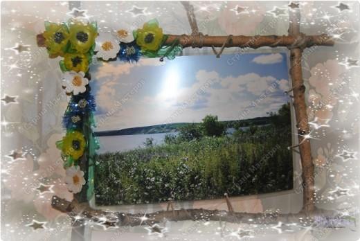 У моей мамы был день рождения. И как-то мы сделали ей фотографии с мест ее родины (деревни в Ульяновской области на берегах реки Волга).  Фотографии так был и лежали, если бы всей семьей не сделали ей вот такую рамочку.  Участие принили все: и сын (собирал палочки), и муж (пилил и собирал рамку)... Декор же был за мной :-))) Хотелось сделать что-то такое колоритное - деревенское. фото 2