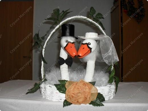 Добрый день всем жителям Страны Мастеров!!!Собирались мы на свадьбу,и захотелось удивить молодоженов.Так понравились лебеди,что не удержалась и повторила работы n_an(Анны)и NATKA13.Очень Вам за это благодарна.А чтобы уж совсем не одинаково,придумала зелень по верху пустить.