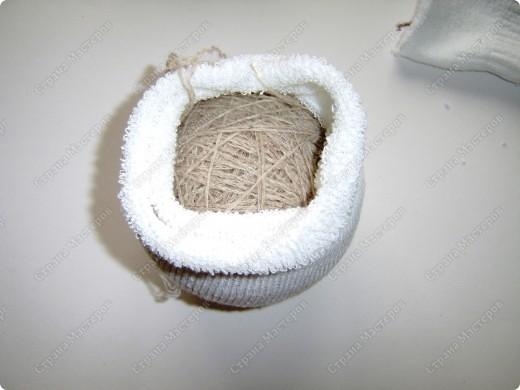 Наводила я в один прекрасный день дома порядок в своих нитках, нашла кучу старых бабушкиных клубков с шерстяными нитками и вот долго думала, куда бы их применить. Выкидывать жалко. И тут пришла идейка (когда делала пупса из носков) сделать снеговика. Продумала все детальки и начала делать. Пока делала, так же делала фотки. А теперь, дорогие мои читатели, поделюсь своим экспериментом с вами. Даже не ожидала, что получится такой красивый снеговичок! И сразу же сделала второго. Без фотографирования заняло 20 минут. А результат какой ................ А что самое главное - дёшево, красиво и быстро. фото 6
