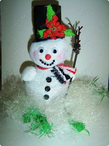 Наводила я в один прекрасный день дома порядок в своих нитках, нашла кучу старых бабушкиных клубков с шерстяными нитками и вот долго думала, куда бы их применить. Выкидывать жалко. И тут пришла идейка (когда делала пупса из носков) сделать снеговика. Продумала все детальки и начала делать. Пока делала, так же делала фотки. А теперь, дорогие мои читатели, поделюсь своим экспериментом с вами. Даже не ожидала, что получится такой красивый снеговичок! И сразу же сделала второго. Без фотографирования заняло 20 минут. А результат какой ................ А что самое главное - дёшево, красиво и быстро. фото 16