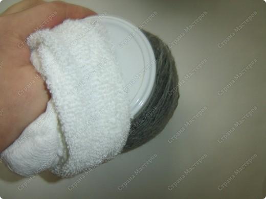 Наводила я в один прекрасный день дома порядок в своих нитках, нашла кучу старых бабушкиных клубков с шерстяными нитками и вот долго думала, куда бы их применить. Выкидывать жалко. И тут пришла идейка (когда делала пупса из носков) сделать снеговика. Продумала все детальки и начала делать. Пока делала, так же делала фотки. А теперь, дорогие мои читатели, поделюсь своим экспериментом с вами. Даже не ожидала, что получится такой красивый снеговичок! И сразу же сделала второго. Без фотографирования заняло 20 минут. А результат какой ................ А что самое главное - дёшево, красиво и быстро. фото 5