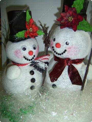 Наводила я в один прекрасный день дома порядок в своих нитках, нашла кучу старых бабушкиных клубков с шерстяными нитками и вот долго думала, куда бы их применить. Выкидывать жалко. И тут пришла идейка (когда делала пупса из носков) сделать снеговика. Продумала все детальки и начала делать. Пока делала, так же делала фотки. А теперь, дорогие мои читатели, поделюсь своим экспериментом с вами. Даже не ожидала, что получится такой красивый снеговичок! И сразу же сделала второго. Без фотографирования заняло 20 минут. А результат какой ................ А что самое главное - дёшево, красиво и быстро. фото 21