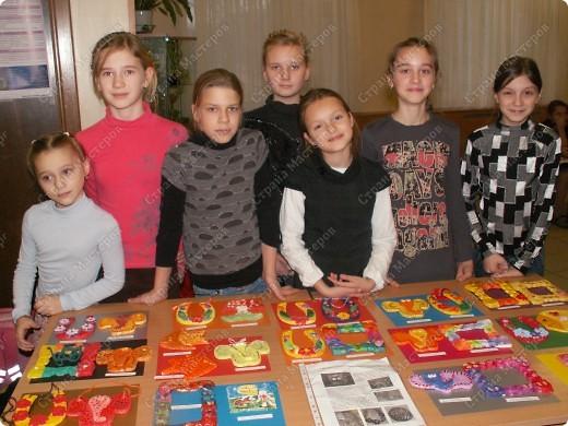 """Сегодня впервые прошла выставка детских работ кружка """"Тестопластика"""" в нашей школе. У нас дебют. фото 1"""