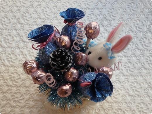 Зайка со сладким подарком