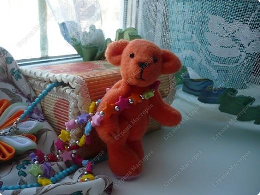 """Сегодня ночью """"родилось"""" у меня вот это флисовое чудо) Звать Сонькой. Сонька - потому-что спать много любит... Делала своего мишку вот по этому замечательному мастер-классу http://foto.mail.ru/mail/yurovaelena/teddyminiatyura Мне сам процесс очень понравился, такого мишку я делала первый раз, поэтому на радостях решила устроить для Соньки фотосессию... фото 2"""