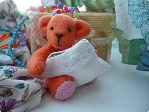 """Сегодня ночью """"родилось"""" у меня вот это флисовое чудо) Звать Сонькой. Сонька - потому-что спать много любит... Делала своего мишку вот по этому замечательному мастер-классу http://foto.mail.ru/mail/yurovaelena/teddyminiatyura Мне сам процесс очень понравился, такого мишку я делала первый раз, поэтому на радостях решила устроить для Соньки фотосессию... фото 3"""