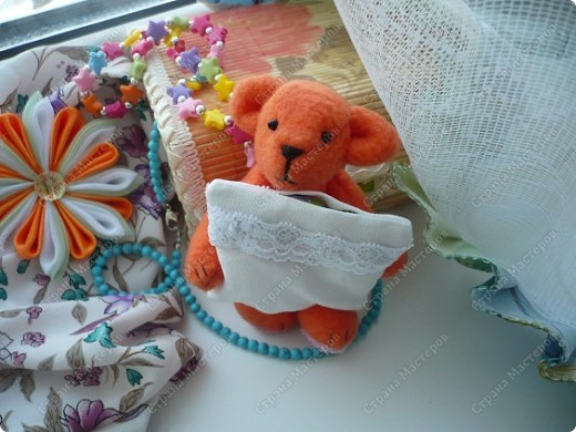 """Сегодня ночью """"родилось"""" у меня вот это флисовое чудо) Звать Сонькой. Сонька - потому-что спать много любит... Делала своего мишку вот по этому замечательному мастер-классу http://foto.mail.ru/mail/yurovaelena/teddyminiatyura Мне сам процесс очень понравился, такого мишку я делала первый раз, поэтому на радостях решила устроить для Соньки фотосессию... фото 4"""