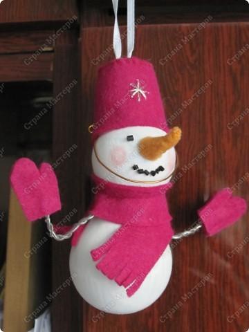 Хочу показать несколько новогодних игрушек, которые мы смастерили с дочкой в разные годы.  Снеговик - из лампочки и шарика от дезодоранта. Сделали в этом году на елку в Дом творчества. фото 1