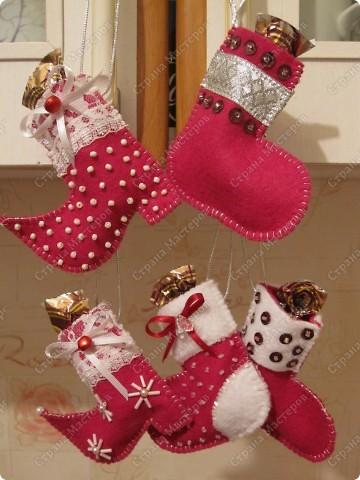 Хочу показать несколько новогодних игрушек, которые мы смастерили с дочкой в разные годы.  Снеговик - из лампочки и шарика от дезодоранта. Сделали в этом году на елку в Дом творчества. фото 2
