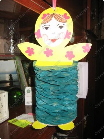 Хочу показать несколько новогодних игрушек, которые мы смастерили с дочкой в разные годы.  Снеговик - из лампочки и шарика от дезодоранта. Сделали в этом году на елку в Дом творчества. фото 7