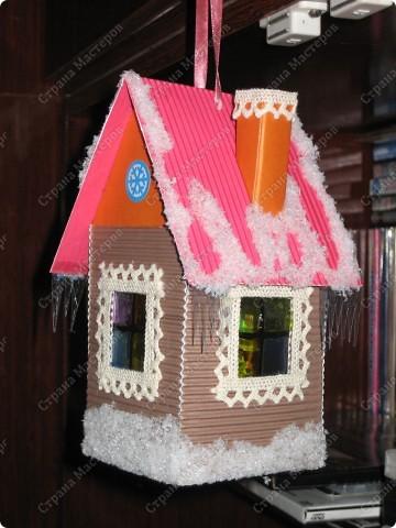 Хочу показать несколько новогодних игрушек, которые мы смастерили с дочкой в разные годы.  Снеговик - из лампочки и шарика от дезодоранта. Сделали в этом году на елку в Дом творчества. фото 8