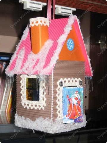 Хочу показать несколько новогодних игрушек, которые мы смастерили с дочкой в разные годы.  Снеговик - из лампочки и шарика от дезодоранта. Сделали в этом году на елку в Дом творчества. фото 9