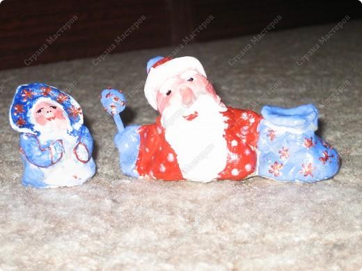 Хочу показать несколько новогодних игрушек, которые мы смастерили с дочкой в разные годы.  Снеговик - из лампочки и шарика от дезодоранта. Сделали в этом году на елку в Дом творчества. фото 14