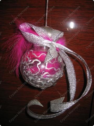 Хочу показать несколько новогодних игрушек, которые мы смастерили с дочкой в разные годы.  Снеговик - из лампочки и шарика от дезодоранта. Сделали в этом году на елку в Дом творчества. фото 11