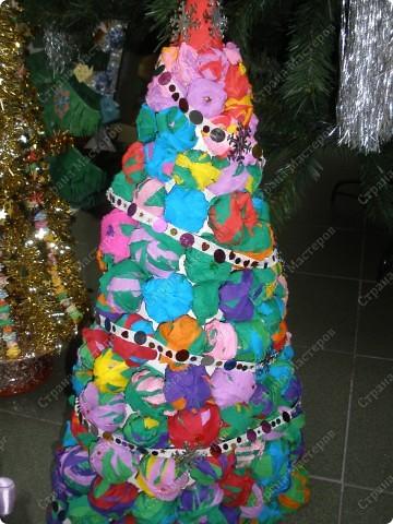 Встречаем гостей с подарками. Подарки оформляли 1-й и 2-й классы, санки - 3-й, а снеговика делали 4-ые. Это был общий проект. фото 7