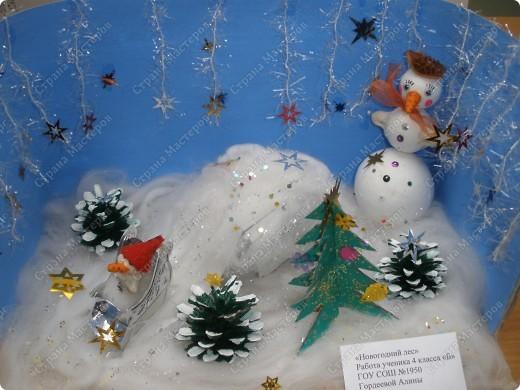 Встречаем гостей с подарками. Подарки оформляли 1-й и 2-й классы, санки - 3-й, а снеговика делали 4-ые. Это был общий проект. фото 5