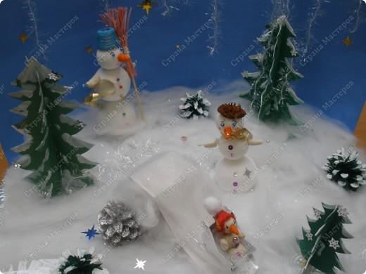Встречаем гостей с подарками. Подарки оформляли 1-й и 2-й классы, санки - 3-й, а снеговика делали 4-ые. Это был общий проект. фото 6