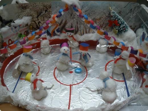 Встречаем гостей с подарками. Подарки оформляли 1-й и 2-й классы, санки - 3-й, а снеговика делали 4-ые. Это был общий проект. фото 8