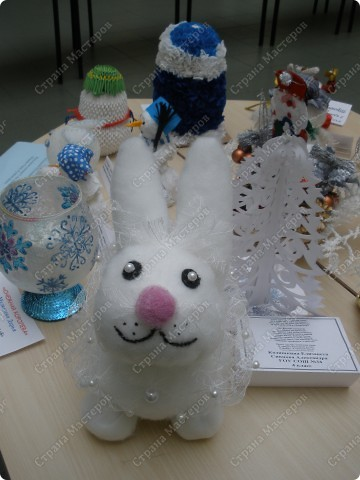 Встречаем гостей с подарками. Подарки оформляли 1-й и 2-й классы, санки - 3-й, а снеговика делали 4-ые. Это был общий проект. фото 3
