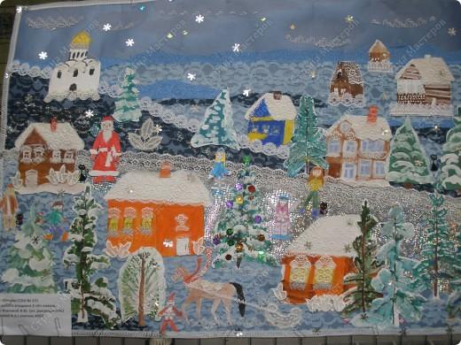 Встречаем гостей с подарками. Подарки оформляли 1-й и 2-й классы, санки - 3-й, а снеговика делали 4-ые. Это был общий проект. фото 9