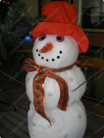 Встречаем гостей с подарками. Подарки оформляли 1-й и 2-й классы, санки - 3-й, а снеговика делали 4-ые. Это был общий проект. фото 2