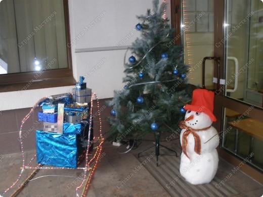 Встречаем гостей с подарками. Подарки оформляли 1-й и 2-й классы, санки - 3-й, а снеговика делали 4-ые. Это был общий проект. фото 1
