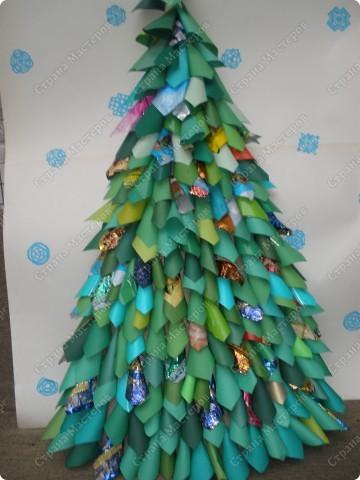 Встречаем гостей с подарками. Подарки оформляли 1-й и 2-й классы, санки - 3-й, а снеговика делали 4-ые. Это был общий проект. фото 12