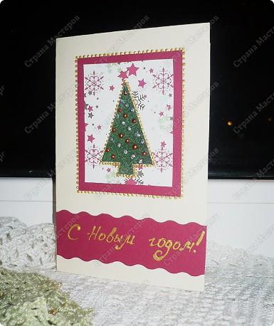 Несколько простых идей для открыток.  Для этой открытки из бархатной бумаги вырезать примитивную елочку, украсить ее. Можно бисером, пайетками. Я украсила с помощью контуров. Затем елочку наклеить на какой-нибудь новогодний фон. Цвета подобрать для новогодних открыток просто: в данном случае классические зеленый, бордовый, бежевый, золотой. фото 1