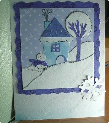 Несколько простых идей для открыток.  Для этой открытки из бархатной бумаги вырезать примитивную елочку, украсить ее. Можно бисером, пайетками. Я украсила с помощью контуров. Затем елочку наклеить на какой-нибудь новогодний фон. Цвета подобрать для новогодних открыток просто: в данном случае классические зеленый, бордовый, бежевый, золотой. фото 3